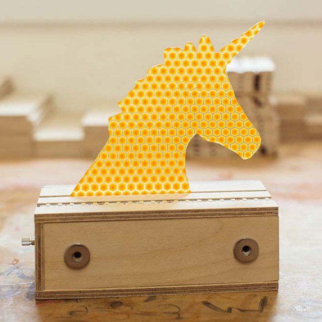 חד קרן להחלפה במנורה צהוב