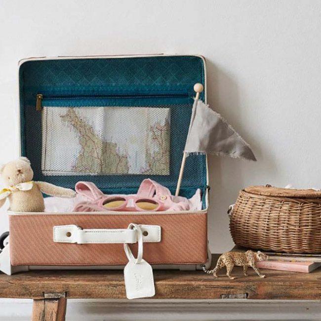 מזוודה בצבע ורוד בהיר